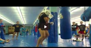 момиче тренира
