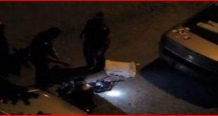 Скандал! Полицаи се гаврят с паднал гражданин – ритат го, увиват го с тоалетна хартия и го снимат с телефоните си (ВИДЕО)