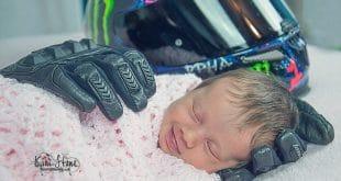 бебе и ръкавиците на баща му моторист